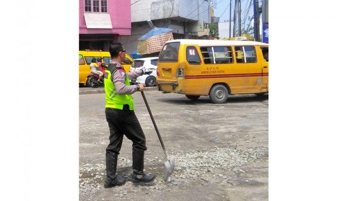 Antisipasi Kecelakaan Dini, Polisi Melakukan Ini di Jalan Raya - polisi-tutup-jalan-berlubang-tribun_20170317_220613.jpg