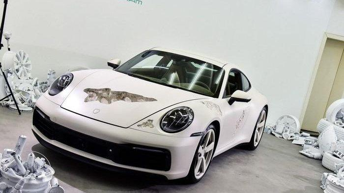 Desain Porsche 911 Carrera 4S Ini Dibuat Berlubang dan Lecet, Ternyata Isinya Kristal