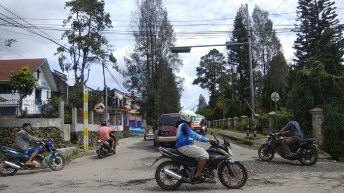 Baru Dipasang, Portal Penghalau Truk Masuk ke Jalan Selamat Ketaren Kabanjahe Rusak Ditabrak Truk