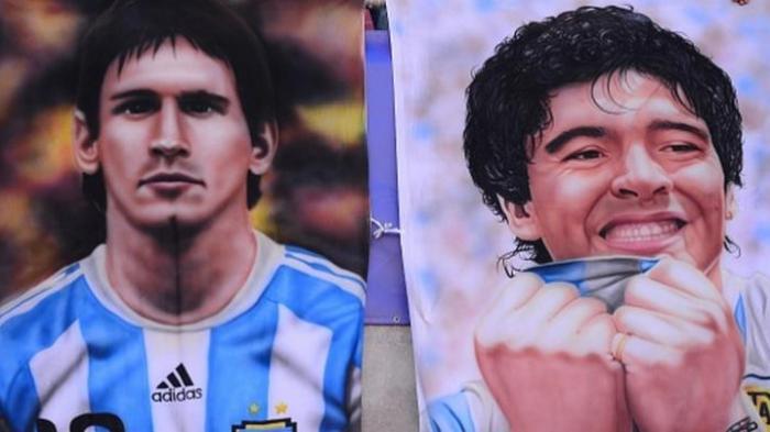 Poster Lionel Messi dan Diego Maradona terpampang di tribun saat Argentina berjumpa Cile pada Copa America 2015 di La Serena (13/6/2015).