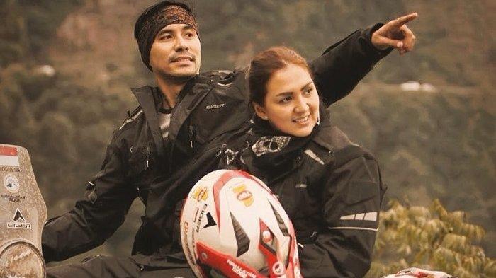 Potret Darius Sinathrya dan Donna Agnesia naik motor untuk menjelajah Pegunungan Himalaya
