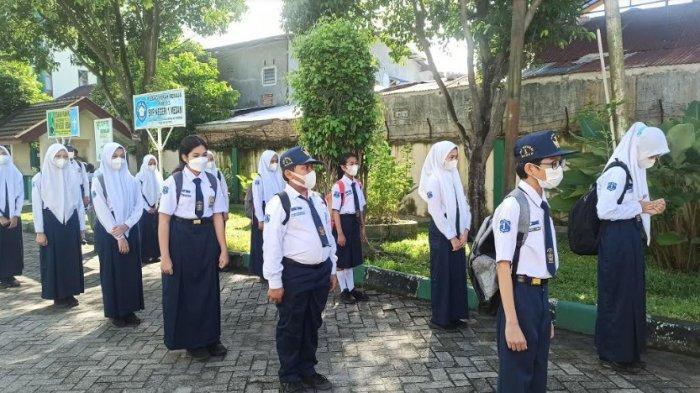 PPDB SMP MEDAN - Siswi SMP Negeri 1 Medan saat mengikuti simulasi atau uji coba tatap muka pada Senin (21/6/2021). (Tribun-medan.com/Rechtin Ritonga)