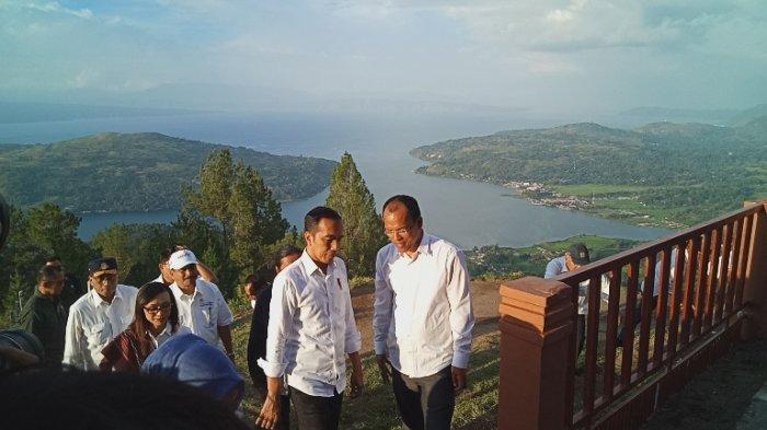 Presiden Jokowi berbincang dengan Bupati Humbahas Dosmar Banjarnahor saat berkunjung ke Objek Wisata Sipinsur meninjau perkembangan pembangunan sarana dan prasarana pariwisata, Senin (29/7/2019).