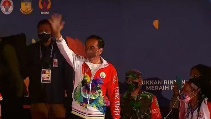 Presiden Jokowi Main Bola dengan 4 Anak Papua di Pembukaan PON XX