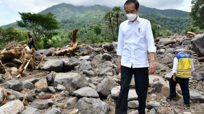 Presiden Joko Widodo meninjau lokasi yang terdampak akibat bencana yang terletak Desa Amakaka, Kecamatan Ile Ape, Kabupaten Lembata, Provinsi NTT, Jumat (9/4/2021). (dok. Agus Suparto )