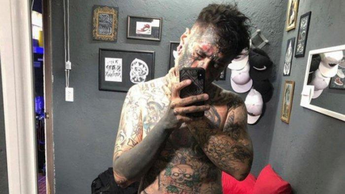 Pria ini terobsesi memodifikasi tubuhnya dan menato seluruh badannya. (The Sun)