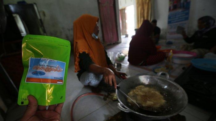 """Produk olahan kerupuk mangrove dari daun jeruju selesai diolah dan dikemas. Produk dengan brand """"Menggoda"""" ini hasil karya perempuan Desa Bagan Serdang yang tergabung dalam Kelompok Eco Woman."""