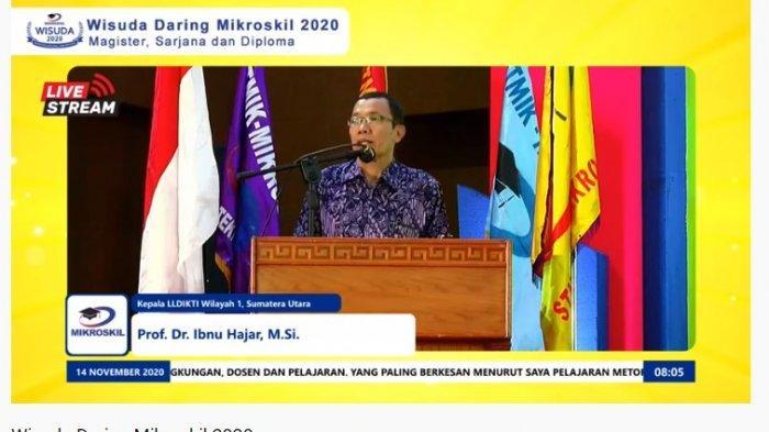 Prof. Dr. Ibnu Hajar, M.Si. sebagai Kepala Lembaga Layanan Pendidikan Tinggi Wilayah I Sumatera Utara turut hadir memberikan selamat dan arahan kepada para wisudawan