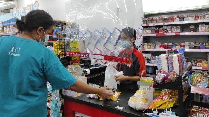 Pegawai Alfamidi melayani pesanan pembeli, Selasa (1/6/2021).