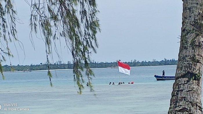 Pengibaran Bendera dari Bawah Laut dan di Bungker Poncan ala Komantab Sukses