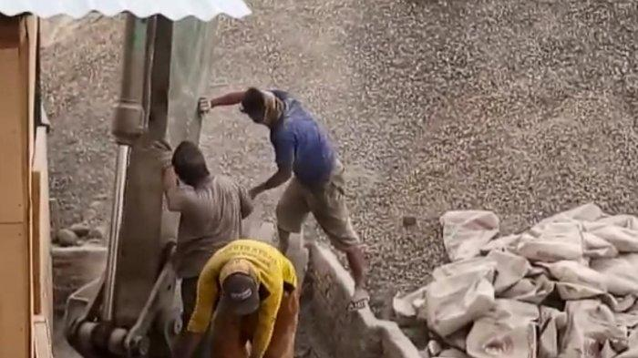Pengadukan Semen Kanal Tano Ponggol Pakai Cara Manual, Amankah?