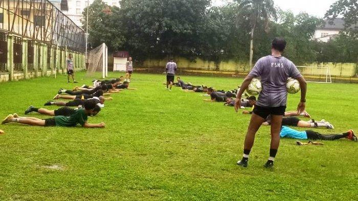 Pemain PSMS Medan mengikuti latihan fisik di Lapangan Kebun Bunga, Senin (31/5/2021). Jalang digelarnya Liga 2, pelatih masih fokus menggenjot fisik pemain.