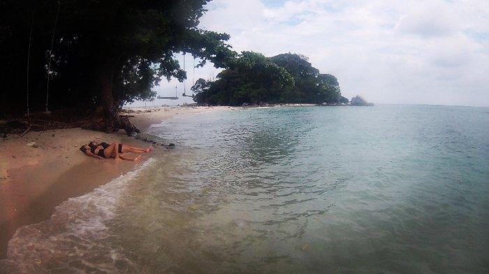 Pengunjung tampak berjemur menikmati suasana di Pulau Berhala