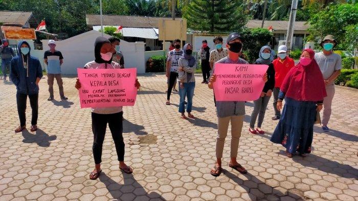 Warga Teluk Mengkudu Geruduk Kantor Camat, Tuntut Penolakan Permohonan Pemberhentian Aparatur Desa