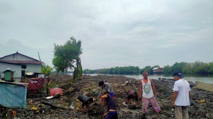 Kecewa Pengerjaan Tanggul tak Dilanjutkan, Warga Kampung Nelayan Indah Gotong Royong Timbun Tanggul