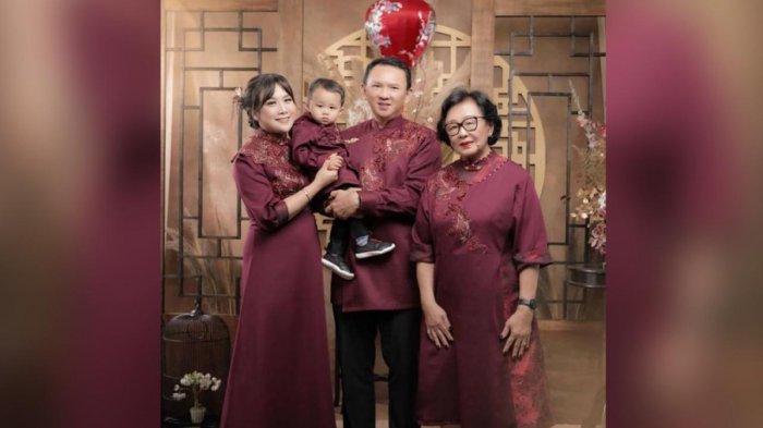 Puput bersama Ahok dan mertuanya saat berfoto menyambut Tahun Baru Imlek