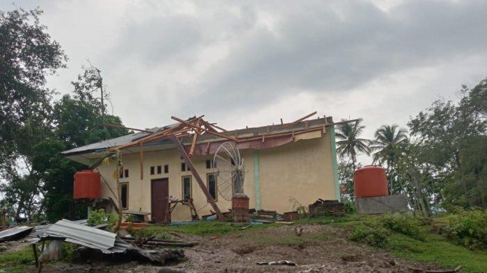Hampir Dua Minggu Bantuan Tak Datang, Korban Puting Beliung di Samosir Tinggal di Rumah Keluarga