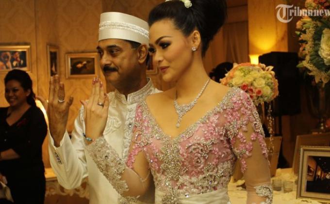 Christy Jusung dan Jay Alatas memeberikan keterangan pada wartawan usai melangsungkan prosesi akad nikah di Ballroom Hotel Dharmawangsa, Jakarta Selatan, Minggu (28/4/2013). (Warta Kota/angga bhagya nugraha)
