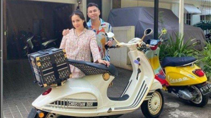 Raffi Ahmad dan Nagita Slavina berpose di depan Vespa 946 Christian Dior yang hendak dibeli, Senin (16/7/2021).