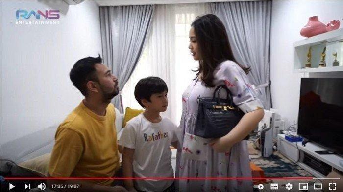 Raffi Ahmad memberi hadiah ke Nagita Slavina