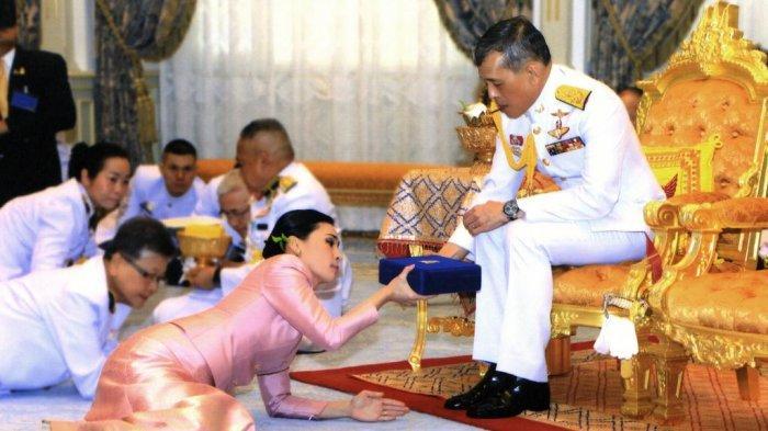 Raja Thailand Vajiralongkorn (kiri) Thailand menikah secara sah dengan Suthida Vajiralongkorn na Ayudhya di Bangkok, Thailand, Kamis (2/5/2019) (Weekly Times)