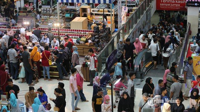 FOTO-FOTO Dua Hari Jelang Lebaran, Pusat Perbelanjaan di Medan Dipadati Warga - ramai-pengunjung-mal.jpg