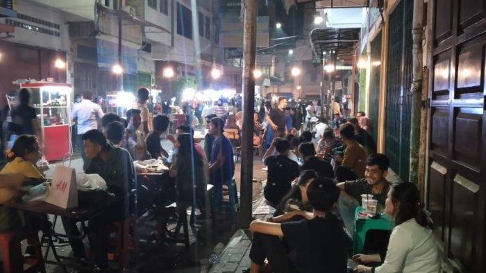 Suasana Kesawan City Walk di malam hari, Sabtu (17/4/2021).