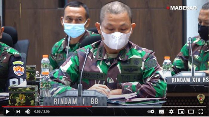 """RAPAT STAF KASAD: Tim Pengawasan dan Evaluasi (Wasev) TNI Angkatan Darat menemukan kejanggalan penggunaan anggaran pada Pendidikan Kejuruan Bintara Infanteri (Dikjurbaif) dan Pendidikan Kejuruan Tamtama Infanteri (Dikjurtaif) Gelombang II TA. 2020, temuan tersebut ada pada setiap Depo Pendidikan Latihan dan Pertempuran (Dodiklatpur) di seluruh Resimen Induk Kodam (Rindam). Temuan yang dilaporkan Tim Wasev kepada Kepala Staf Angkatan Darat, Jenderal TNI Andika Perkasa diantaranya pemotongan gaji siswa yang digunakan untuk kepentingan pribadi, pemotongan anggaran makan, penambahan anggaran yang sengaja diadakan untuk kepentingan personal dan lain sebagainya. """"Seluruh uang mutlak harus dikembalikan secara transfer dan bukti transfer harus diberikan. Jadi harus didata seluruh nomor rekening dan tempat bertugas prajurit yang menjalankan pendidikan,"""" tegas Kasad.?Semua oknum dari Rindam dan Dodiklatpur yang terlibat penyalahgunaan anggaran Dikjurbaif dan Dikjurtaif ini akan mendapatkan ganjaran sesuai dengan aturan yang diterapkan TNI Angkatan Darat dan perintah Jenderal TNI Andika Perkasa selaku pimpinan tertinggi TNI AD.? """"Seluruh komandan Saya anggap mengetahui, hukum disiplin militer minimal teguran dengan konsekuensi administrasi, seluruh Kodam lakukan rotasi. Jika mereka tidak mengembalikan uang langsung tindak Pidana,"""" ungkap Jenderal TNI Andika Perkasa. (Youtube TNI AD)"""