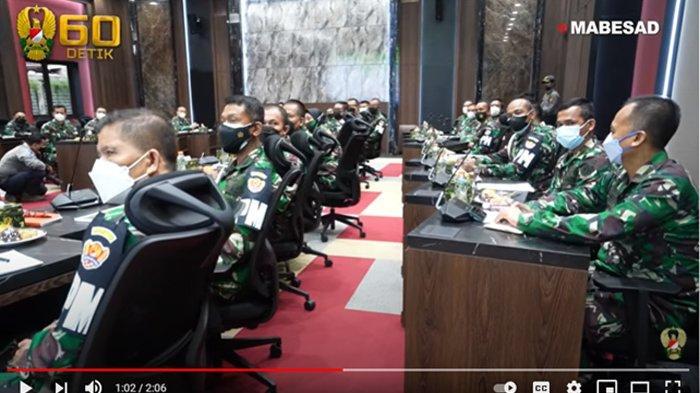 """RAPAT STAF KASAD: Tim Pengawasan dan Evaluasi (Wasev) TNI AD menemukan kejanggalan penggunaan anggaran pada Pendidikan Kejuruan Bintara Infanteri (Dikjurbaif) dan Pendidikan Kejuruan Tamtama Infanteri (Dikjurtaif) Gelombang II TA. 2020, temuan tersebut ada pada setiap Depo Pendidikan Latihan dan Pertempuran (Dodiklatpur) di seluruh Resimen Induk Kodam (Rindam). Temuan yang dilaporkan Tim Wasev kepada Kepala Staf Angkatan Darat, Jenderal TNI Andika Perkasa diantaranya pemotongan gaji siswa yang digunakan untuk kepentingan pribadi, pemotongan anggaran makan, penambahan anggaran yang sengaja diadakan untuk kepentingan personal dan lain sebagainya. """"Seluruh uang mutlak harus dikembalikan secara transfer dan bukti transfer harus diberikan. Jadi harus didata seluruh nomor rekening dan tempat bertugas prajurit yang menjalankan pendidikan,"""" tegas Kasad. Semua oknum dari Rindam dan Dodiklatpur yang terlibat penyalahgunaan anggaran Dikjurbaif dan Dikjurtaif ini akan mendapatkan ganjaran sesuai dengan aturan yang diterapkan TNI Angkatan Darat dan perintah Jenderal TNI Andika Perkasa selaku pimpinan tertinggi TNI AD. """"Seluruh komandan Saya anggap mengetahui, hukum disiplin militer minimal teguran dengan konsekuensi administrasi, seluruh Kodam lakukan rotasi. Jika mereka tidak mengembalikan uang langsung tindak Pidana,"""" tegasnya. (Youtube TNI AD)"""