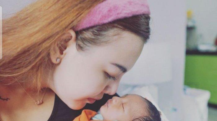 Ratu Rizky Nabila melahirkan anak setelah diceraikan suaminya.