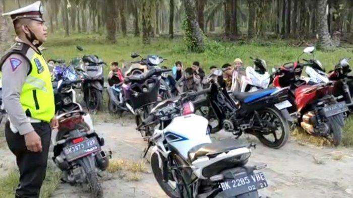Sejumlah muda-mudi terjaring razia petugas Polsek Air Joman, Rabu (14/4/2021). Ada 18 kendaraan yang ditilang polisi saat razia asmara subuh di Kecamatan Air Joman, Kabupaten Asahan.(TRIBUN MEDAN/ALIF ALQADRI)