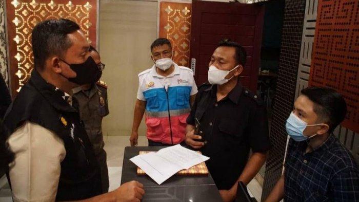 RAZIA - Petugas gabungan saat menutup paksa tempat hiburan yang masih beroperasi di masa Penerapan Pembatasan Kegiatan Masyarakat (PPKM) di Medan, Sabtu (22/5/2021).