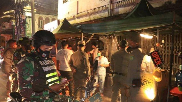 Tim Satgas Covid-19 Kembali Bubarkan Pengunjung dan Pedagang di Angkringan Kesawan