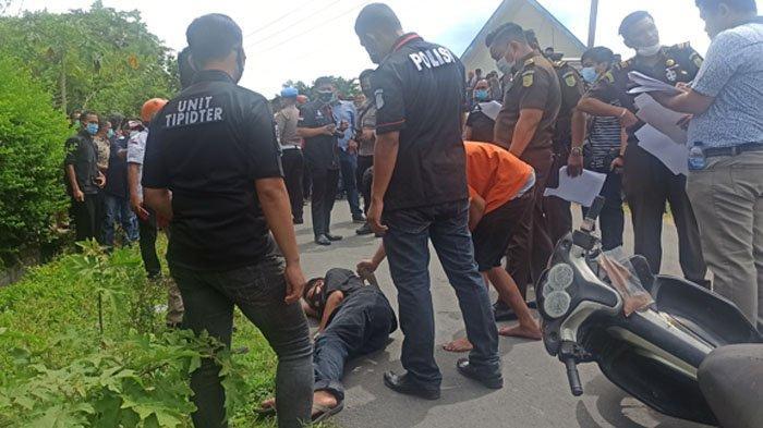 Warga Berduyun-duyun Datangi Lokasi Rekonstruksi Pembunuhan Raja Adat di Samosir, Rianto Simbolon