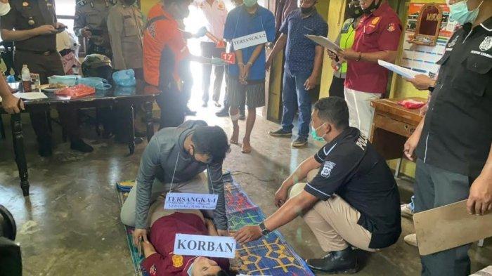 Situasi rekonstruksi pembunuhan seorang guru SD Marta boru Butarbutar di Desa Lumban Lobu, Kecamatan Bonatualunasi, Kabupaten Toba pada Selasa (1/6/2021). (Tribun-medan.com/ Maurits Pardosi)