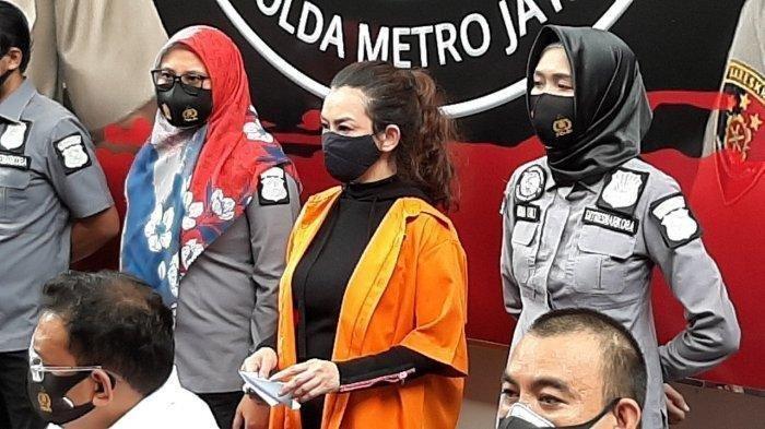 Reza Artamevia kenakan baju tahanan saat konferensi pers di Polda Metro Jaya