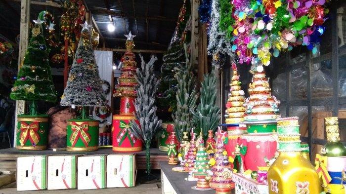 Ricky Toreh (58) menunjukkan pernak pernik Galery Limba Karya Mandiri (GLKM) yang dijajakan untuk Natal dan tahun baru 2021