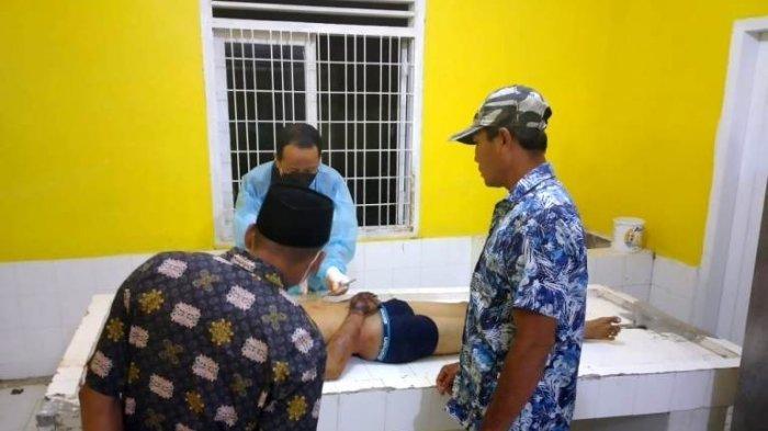 Seorang pemuda bernama Rico Rampati dibunuh ayah pacarnya. Jenazah korban saat divisum di RSU Tanjung Pura.(HO)