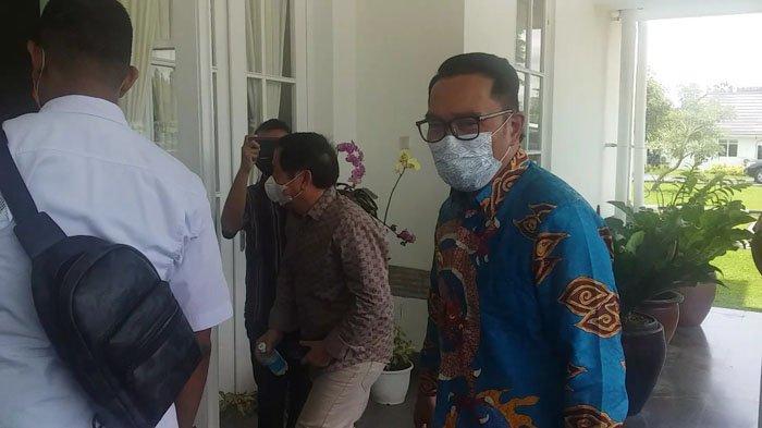 Gubernur Jawa Barat, Ridwan Kamil saat hendak memasuki Rumah Dinas Gubernur Sumut, Jalan Sudirman Medan, Rabu (31/3/2021).