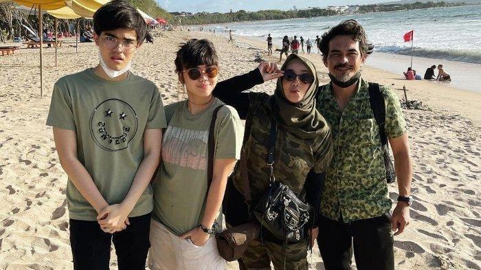 Rina Gunawan bersama kedua anaknya, Aqshal, Nisya, dan sang suami, Teddy Syach.
