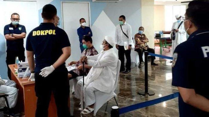 Rizieq Shihab saat menjalani pemeriksaan di Polda Metro Jaya, Sabtu (11/12/2020)