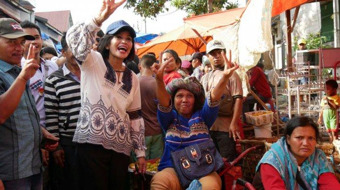 Di Pasar Tigalingga, Istri Eddy Berutu Dengarkan Keluhan Pedagang