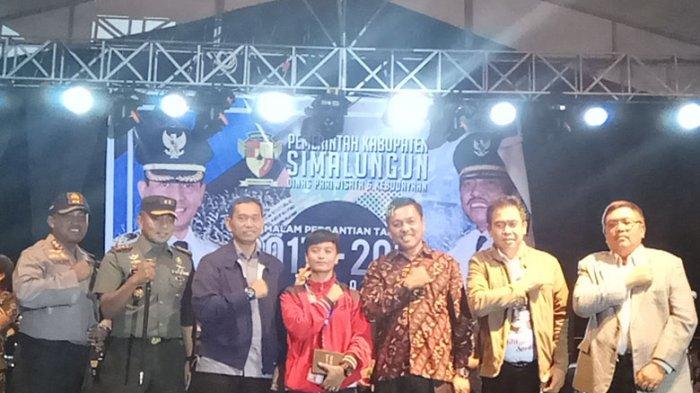 Malam Tahun Baru, Atlet Wushu Asal Simalungun Dapat Hadiah dari Bupati JR Saragih