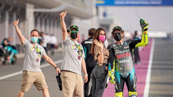 Rossi dan pacarnya saat berada di Paddock