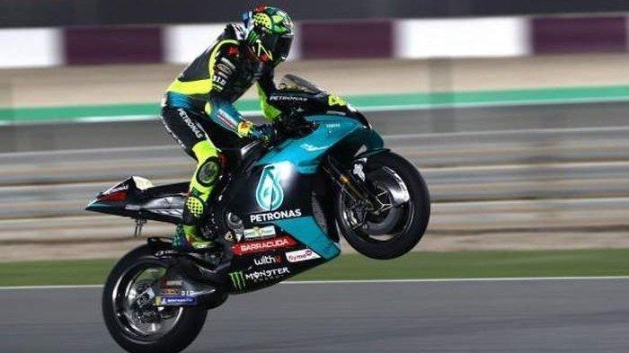 Pebalap Petronas Yamaha SRT, Valentino Rossi, melakukan wheelie pada hari keempat tes pramusim MotoGP 2021 di Sirkuit Internasional Losail, Doha, Qatar, Kamis (11/3/2021).