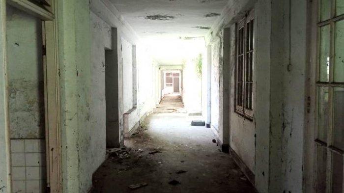 Bagian tengah bangunan RSU Tembakau Deli tampak berdebu dan tidak terawat, Sabtu (18/7/2021).(TRIBUN MEDAN/RISKY CAHYADI)