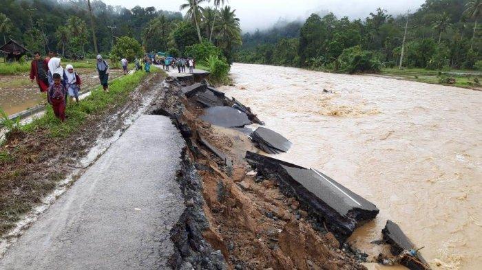 Banjir Rendam 13 Kecamatan di Madina, Ratusan Warga Mengungsi ke Gedung Serbaguna