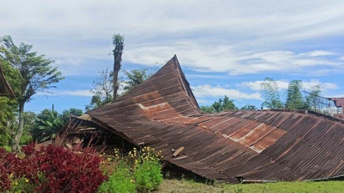 Detik-detik Angin Puting Beliung dan Hujan Es Ambrukkan Rumah dan Bikin Warga Laguboti Trauma
