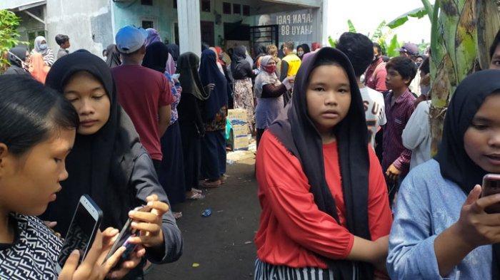 Suasana rumah duka siswi SMK berinisial MJ (15) yang ditemukan tewas di kamar rumahnya di Jalan Tanjung Selamat Perumahan Griya Tanjung Selamat blok E Deliserdang.