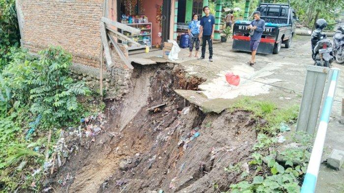 Ibu Ini Menangis Ketakutan saat Halaman Rumahnya Longsor Dikala Hujan Deras Turun